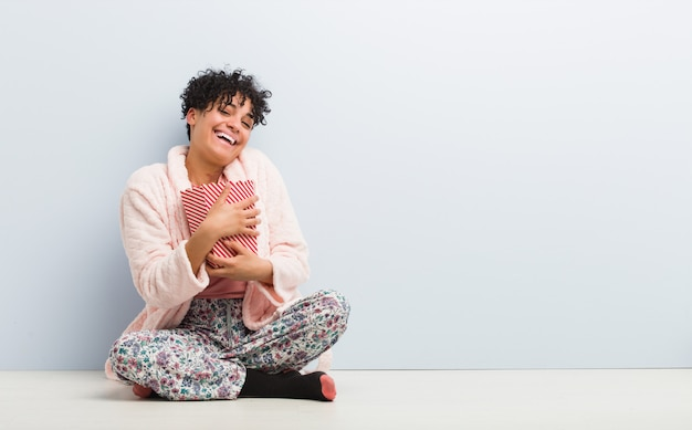 Jeune femme afro-américaine assise tenant une boîte de pop-corn Photo Premium