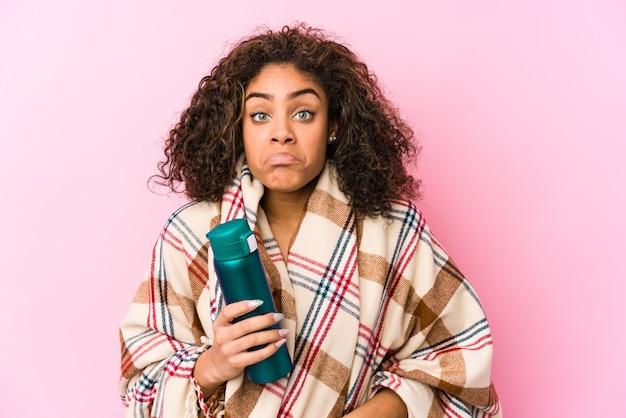Jeune Femme Afro-américaine En Camping Isolé Hausse Les épaules Et Les Yeux Ouverts Confus. Photo Premium