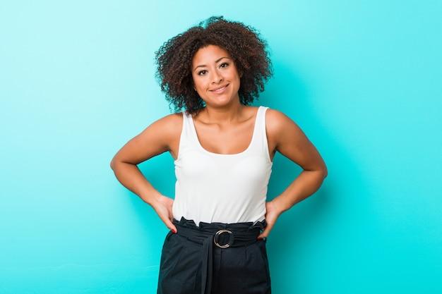 Jeune Femme Afro-américaine Heureuse, Souriante Et Gaie. Photo Premium