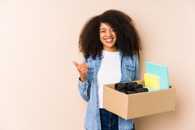 Jeune, Femme Afro, En Mouvement, Maison, Isolé Jeune, Femme Afro, Sourire, Et, Lever Pouce Haut Photo Premium