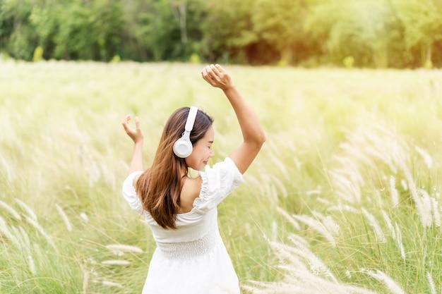 Jeune Femme à L'aide D'écouteurs Pour écouter De La Musique Photo Premium