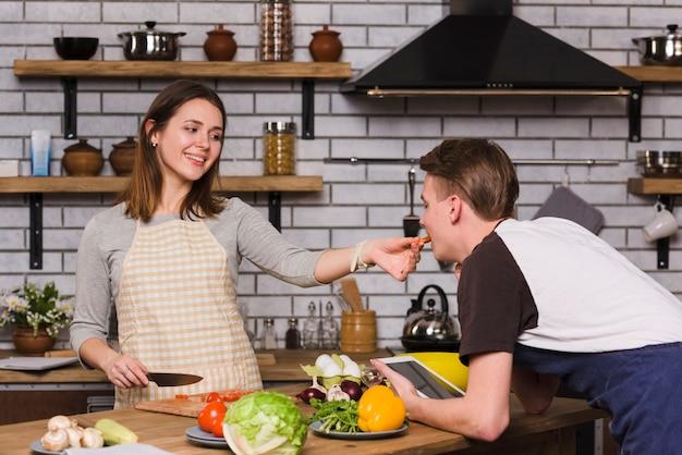 Jeune femme, alimentation, petit ami, à, tomate Photo gratuit