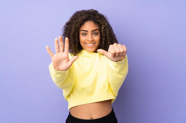 Jeune, Femme Américaine Africaine, Sur, Mur, Compter, Six, à, Doigts Photo Premium