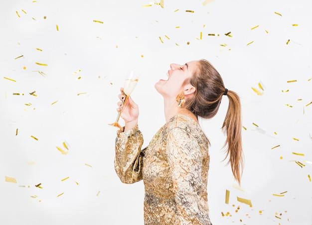 Jeune femme, amuser, à, fête, à, coupe champagne Photo gratuit