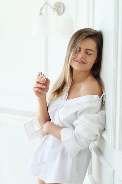 Jeune Femme Appliquant Le Parfum. Photo gratuit
