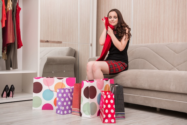 Jeune femme après le shopping avec des sacs Photo Premium