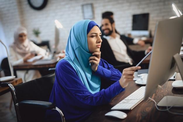 Jeune femme arabe chez une fille handicapée attentive. Photo Premium