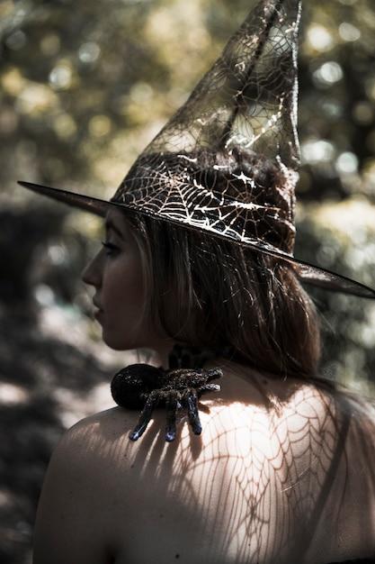 Jeune Femme Avec Une Araignée En Forêt Photo gratuit