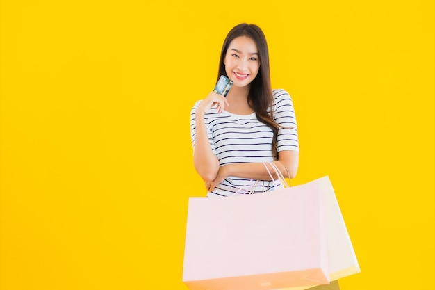 Jeune, Femme Asiatique, à, Coloré, Sac à Provisions Photo gratuit