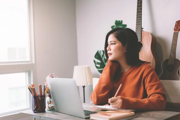 Jeune Femme Asiatique Créative Travaillant Sur Ordinateur Portable Le Matin - Travail à Domicile Concept Photo Premium