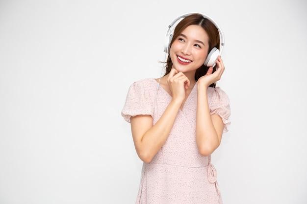 Jeune Femme Asiatique écoute De La Musique Avec Un Casque Isolé Photo Premium