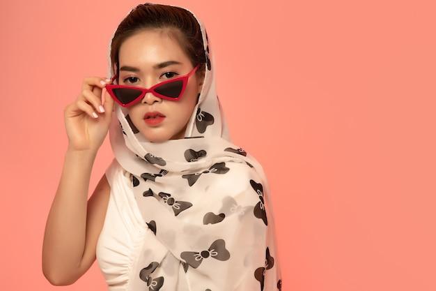 Jeune femme asiatique élégante, posant avec un collier de perles Photo Premium