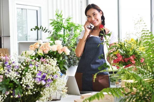 Jeune femme asiatique entrepreneur / propriétaire de magasin Photo Premium