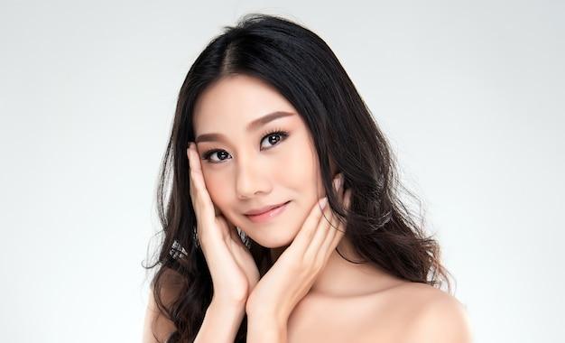 Jeune femme asiatique avec une peau propre du visage. Photo Premium