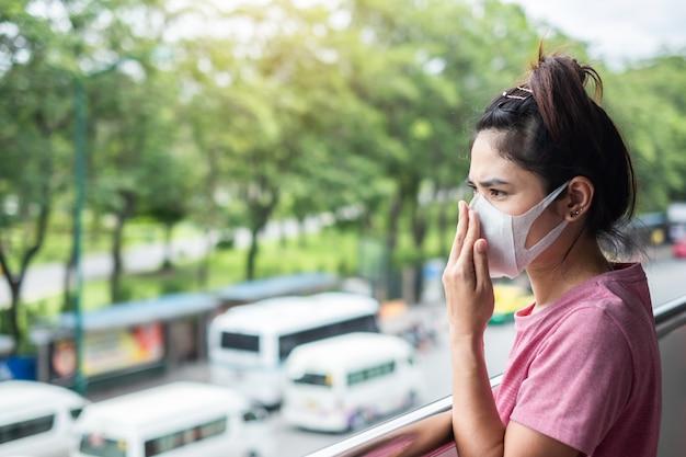 Jeune femme asiatique portant un masque respiratoire protéger et filtrer Photo Premium