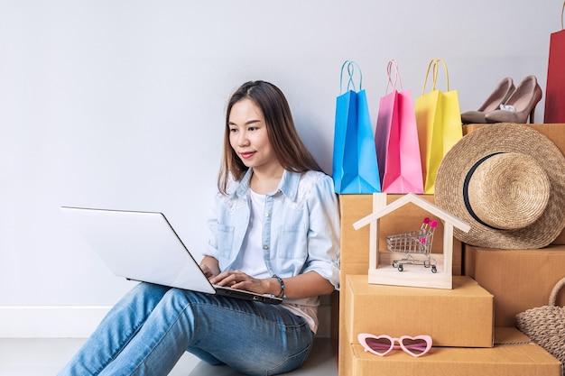 Jeune Femme Asiatique Avec Sac à Provisions Coloré Et Pile De Boîtes En Carton Photo Premium
