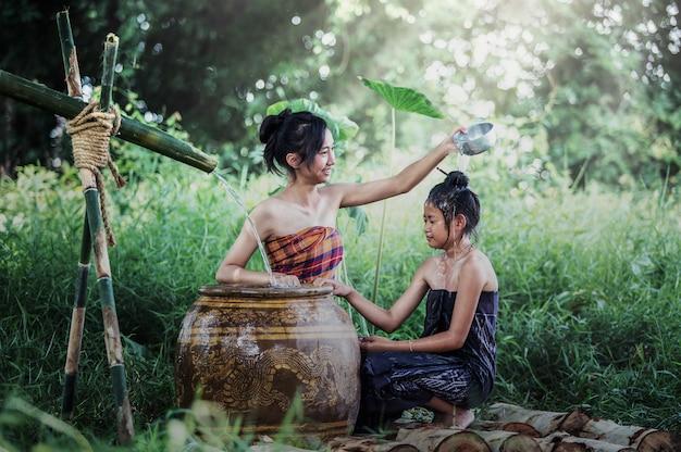 Jeune femme asiatique se baignant dans l'été tropical à la campagne d'emplacement de la thaïlande Photo Premium