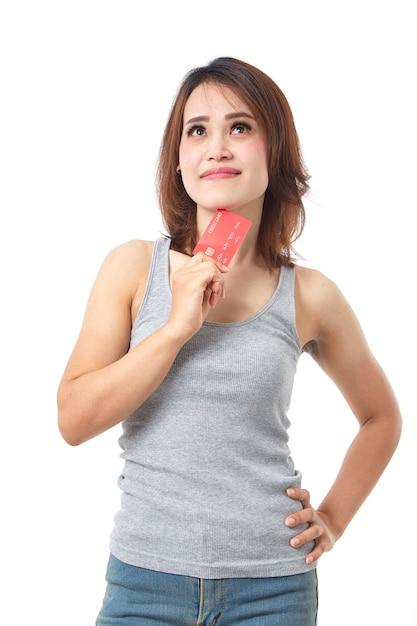 Jeune femme asiatique souriante présentant une carte de crédit Photo Premium