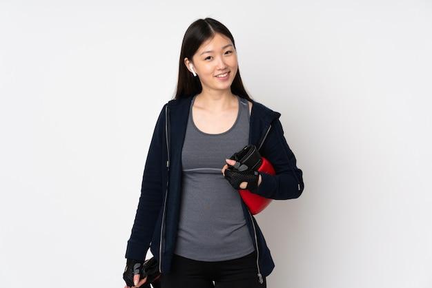 Jeune Femme Asiatique Sport Isolée Sur Blanc Avec Des Gants De Boxe Photo Premium