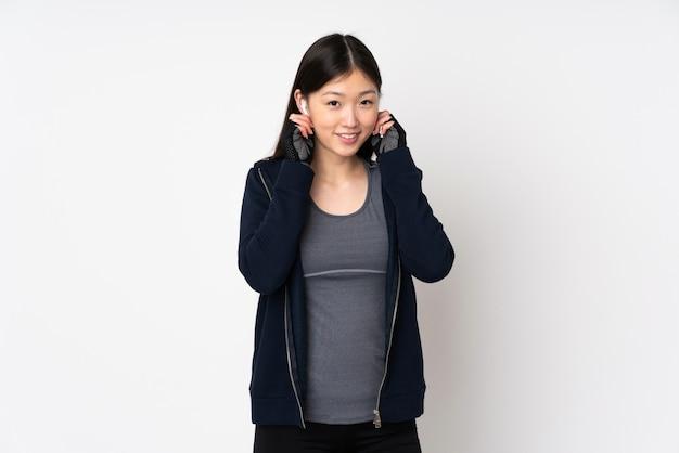 Jeune Femme Asiatique Sport Isolée Sur La Musique D'écoute Blanche Photo Premium