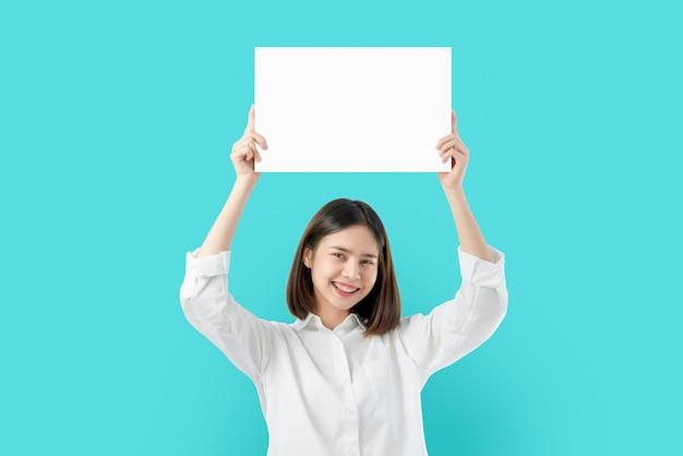 Jeune, femme asiatique, tenue, papier vierge, à, sourire, visage Photo Premium