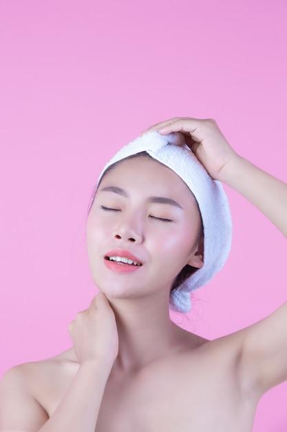 Jeune femme en asie avec une peau propre et fraîche, toucher son propre visage, expressions du visage expressives, cosmétologie et spa. Photo gratuit