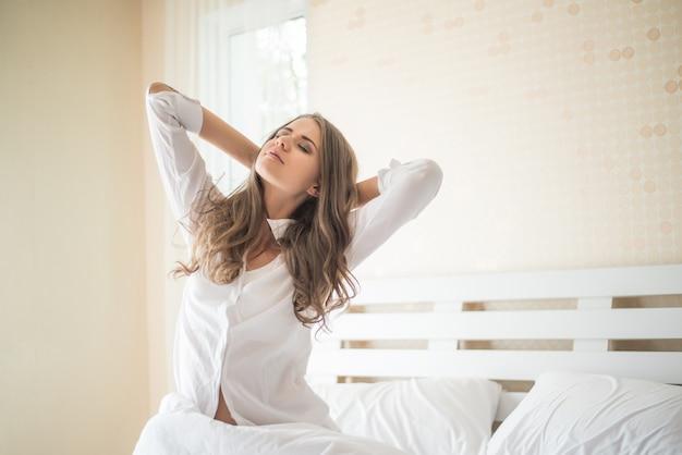 Jeune femme assise dans la chambre Photo gratuit