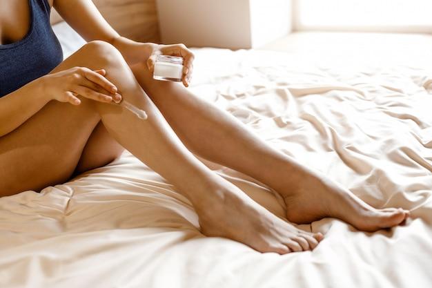 femme s'hydratant le corps