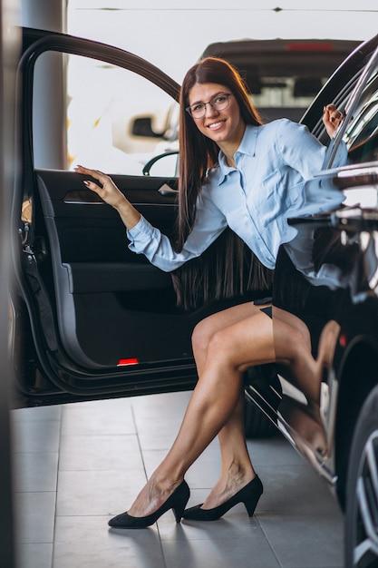 Jeune femme assise dans la voiture Photo gratuit