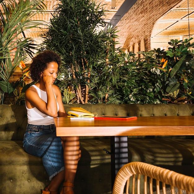 Jeune Femme Assise à La Table De Restaurant Avec Tablette ...