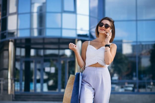 Jeune femme au centre commercial Photo gratuit
