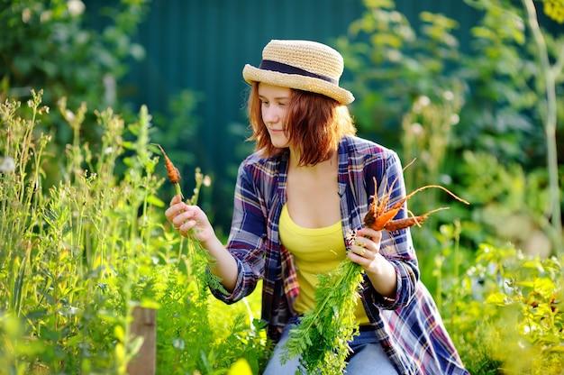 Jeune femme au chapeau de paille pendant la récolte Photo Premium