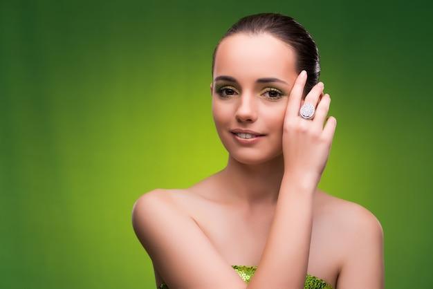 Jeune femme au concept de beauté sur le vert Photo Premium