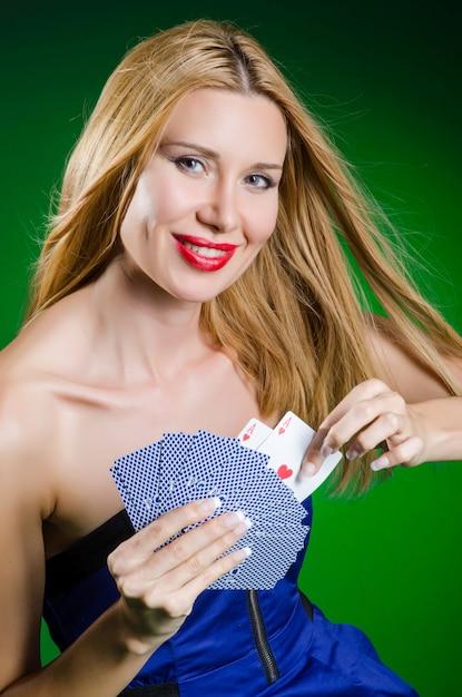 Jeune femme au concept de jeu de casino Photo Premium