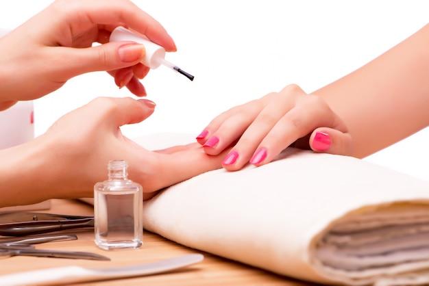 Jeune femme au concept médical de traitement des ongles Photo Premium