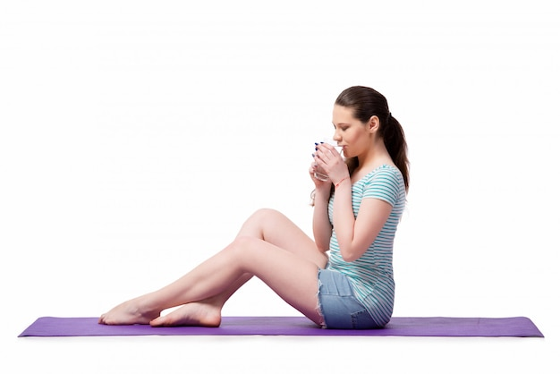 Jeune femme au concept sportif isolé sur le blanc Photo Premium
