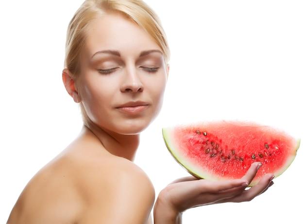 Jeune femme au melon d'eau Photo Premium