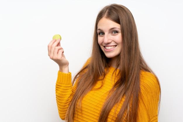 Jeune femme aux cheveux longs avec des macarons Photo Premium