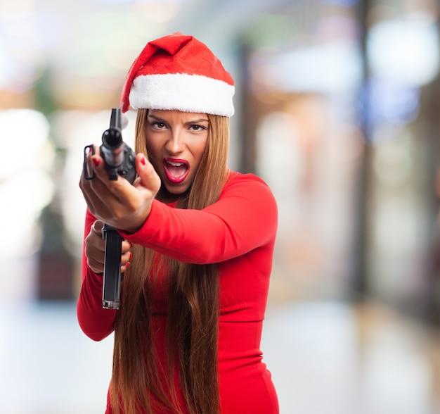 Jeune femme ayant du plaisir avec un pistolet Photo gratuit