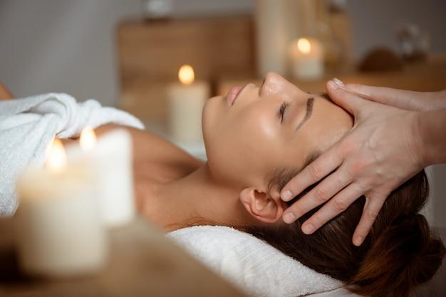 Jeune Femme Ayant Le Massage Du Visage Relaxant Dans Le Salon Spa. Photo gratuit