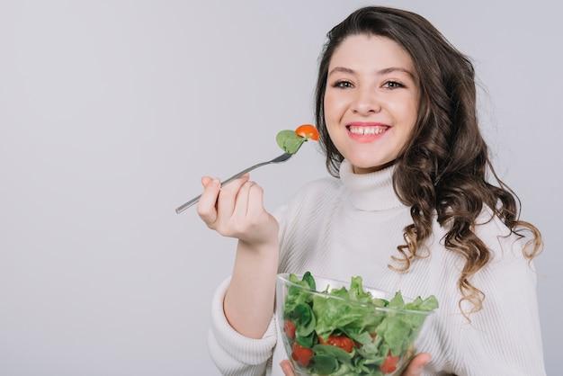 Jeune femme ayant un repas sain Photo gratuit