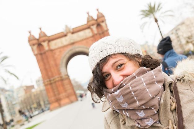 Jeune femme à barcelone Photo Premium
