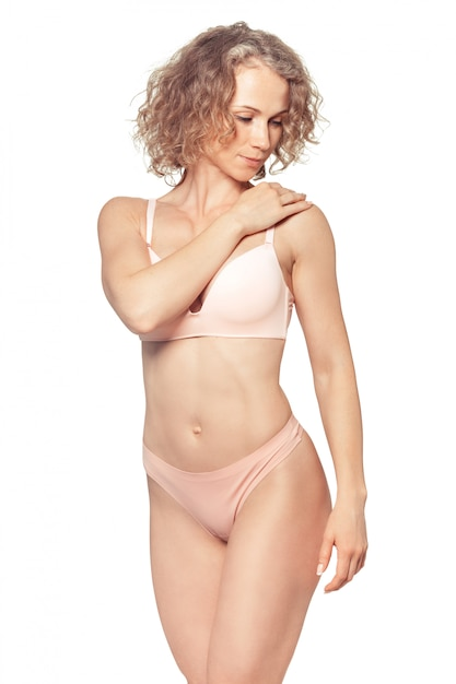 Jeune femme avec beau corps parfait slim en bikini Photo Premium