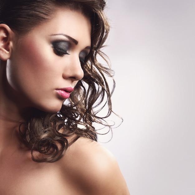Jeune Femme Avec Une Belle Coiffure Photo gratuit