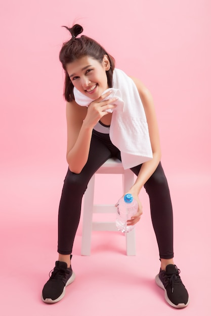 Jeune Femme Belle Fit Boire De L'eau Après L'exercice Photo gratuit