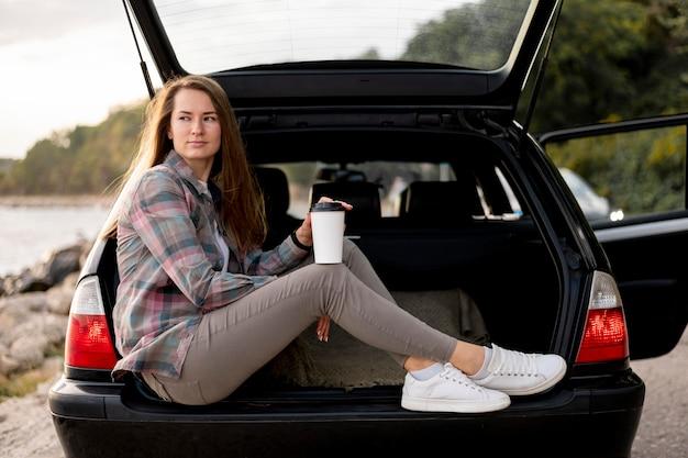 Jeune Femme Bénéficiant D'un Road Trip Photo gratuit