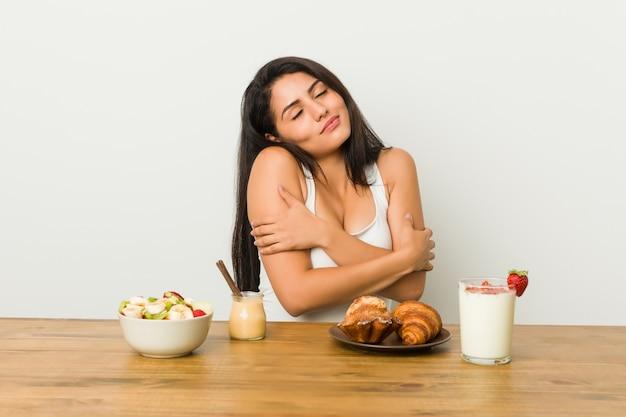Jeune Femme Bien Roulée Prenant Un Petit Déjeuner Calins, Souriant Insouciant Et Heureux. Photo Premium