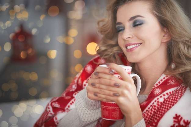 Jeune Femme Blonde Buvant Du Chocolat Chaud Photo gratuit