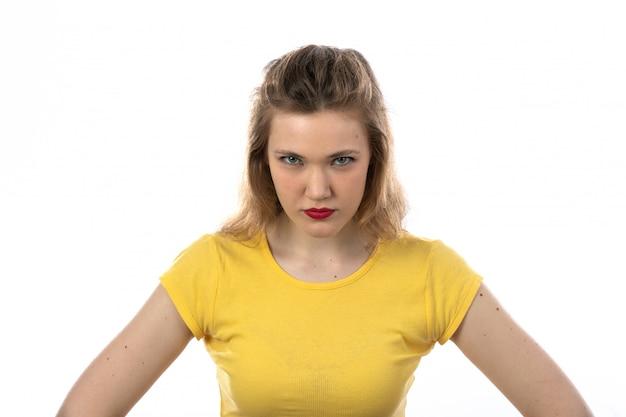 Jeune Femme Blonde En Colère Avec Un T-shirt Jaune Photo gratuit