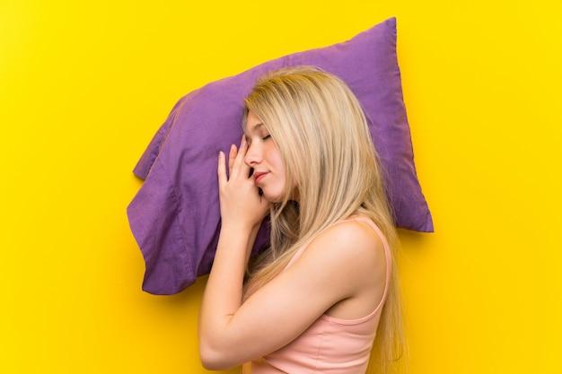 Jeune femme blonde en pyjama dormant Photo Premium